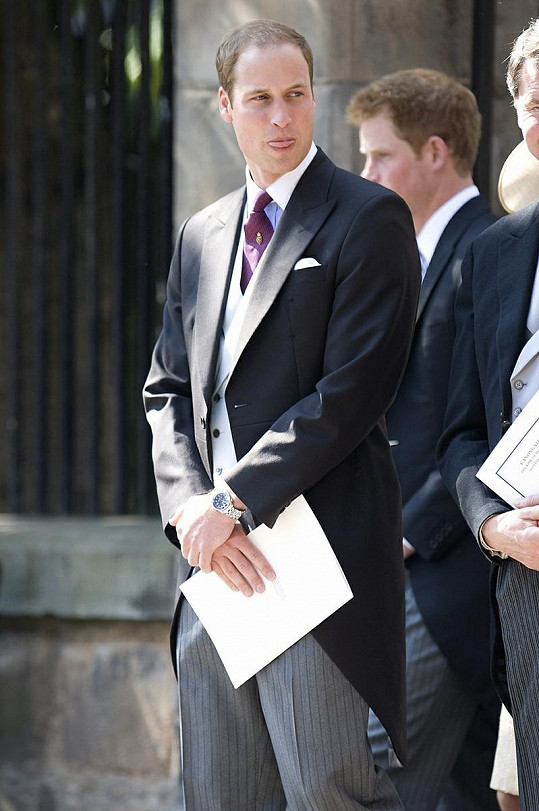 Princ Harry Williama škádlí, že mu v poslední době narostlo bříško.