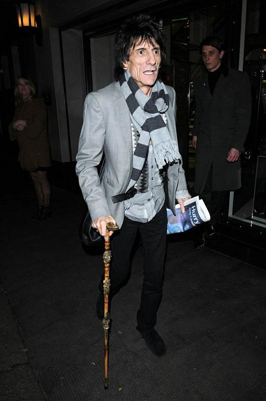 Ronnie Wood chodí s hůlkou.