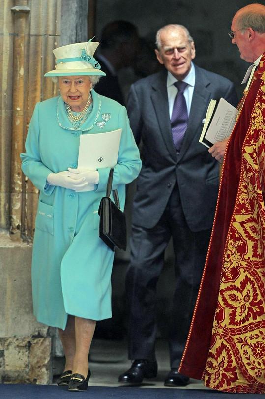 Princ Philip a královna Alžběta II. vycházejí z Windsorského chrámu.