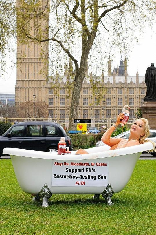 Bývalá Playmate protestovala před budovou Westminsterského paláce a hodinové věže Big Ben.