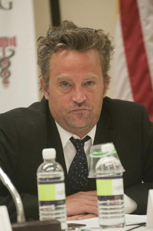 Matthew Perry vypadá unaveně.