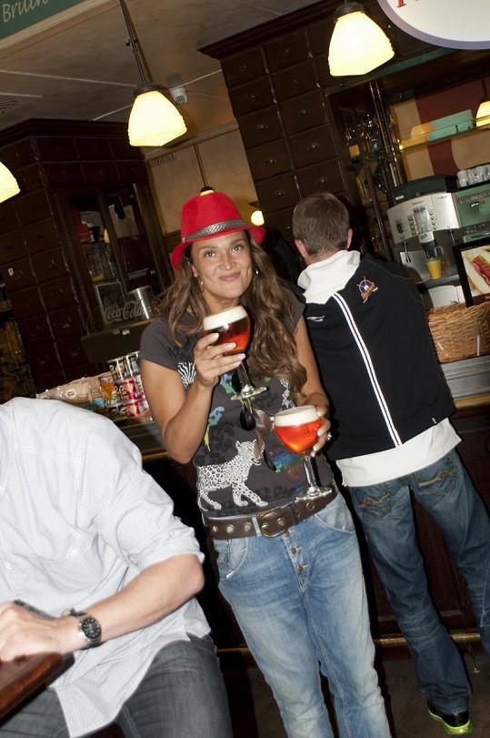 Mahulena Bočanová si pochutnávala v Bruselu na místním pivě