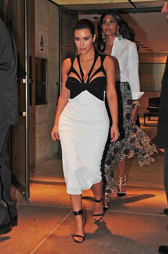 Sebevědomá Kim Kardashian na sobě zdůrazňuje vše ženské.