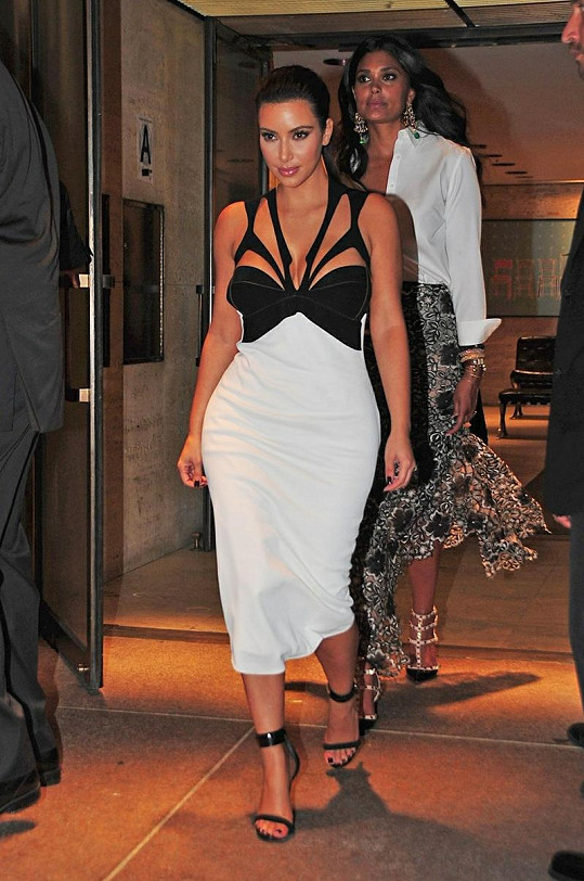 Sebevědomá Kim Kardashian na své postavě zdůraznila vše ženské.