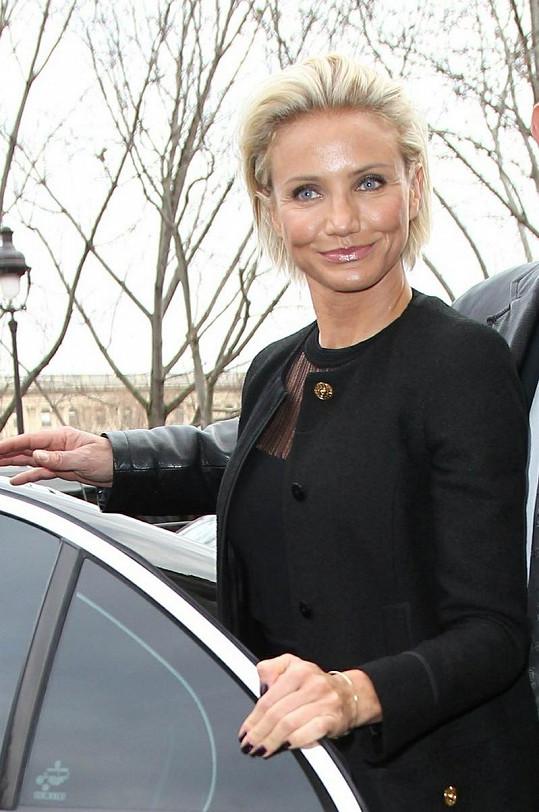 Herečka si nedávno nechala zastřihnout své blond vlasy.