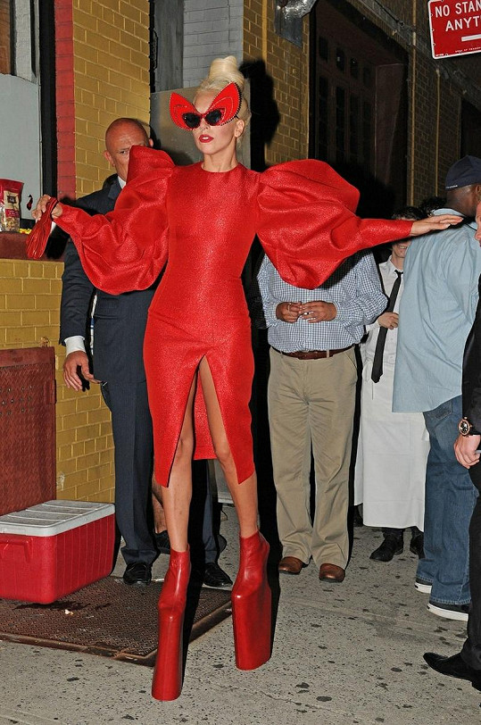 Zpěvačka umí nosit i takové módní úlety jako je tento, v němž však ukázala i své nejintimější partie bez kalhotek.