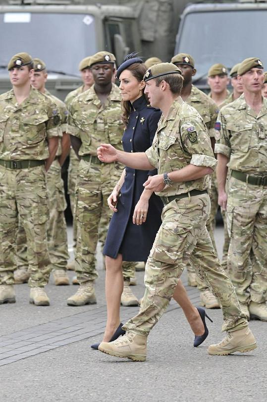 Princezna strávila plno času povídáním si s vojáky.