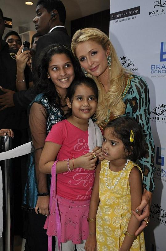 Hilton se setkala i s několika svými fanynkami.