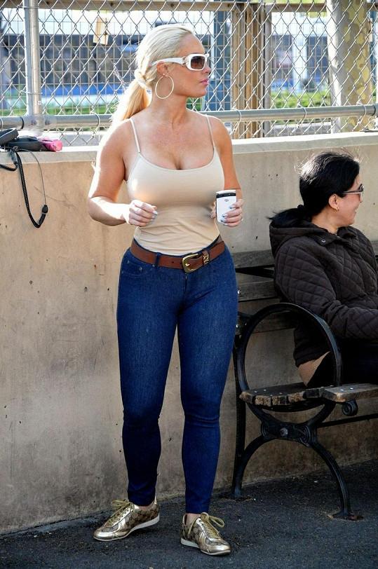 Upnuté džíny herečce a bývalé glamour modelce moc nesvědčí.