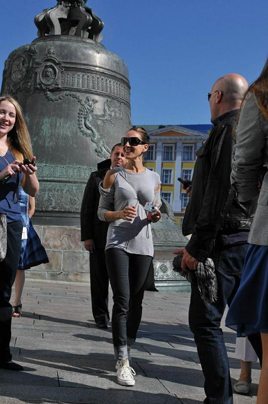 """Sarah jako turistka si prohlédla i obrovský zvon """"Car kolokol"""" na nádvoří Kremlu."""
