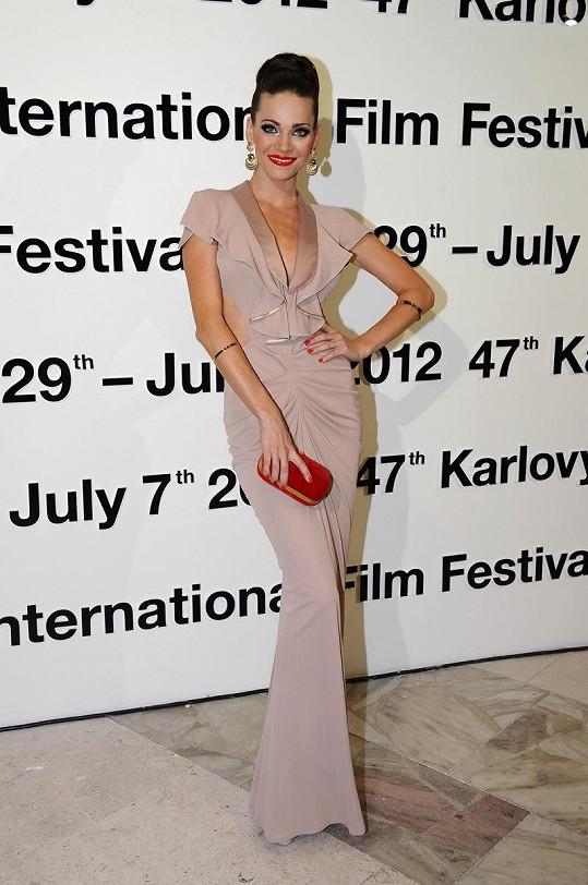 Kráska se podle všeho poučila z předchozích nezdarů. Verešová zazářila v decentní róbě italské návrhářky Elisabetty Franchi, která dokonale zdůrazňovala křivky její postavy. S tlumenou pudrovou barvou šatů kontrastovaly pouze rudé rty, nehty a psaníčko.