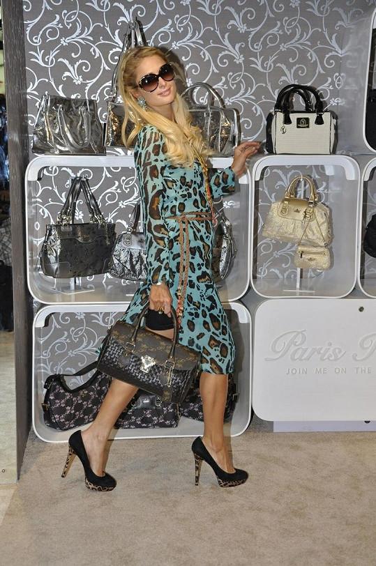 Paris přijela propagovat svou kolekci kabelek.