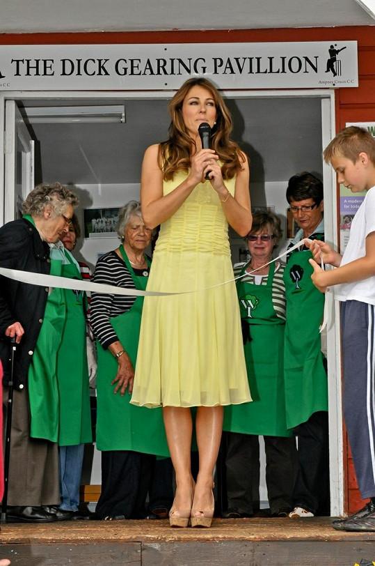 Herečka a bývalá modelka Liz Hurley začala s proslovem.