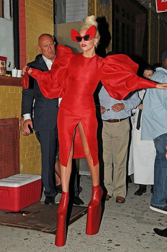 Lady Gaga v dalším ze svých bláznivých kostýmů.
