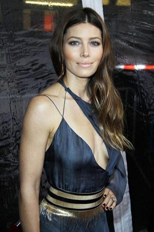 Známá herečka na premiéře filmu Chlap na roztrhání.