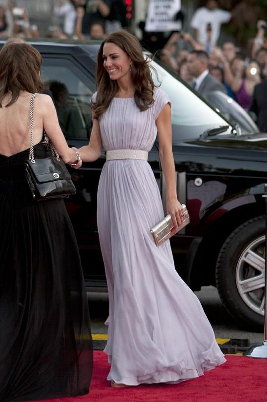 Nádherná Kate v levandulové róbě Sarah Burton, která jí navrhovala i svatební šaty.