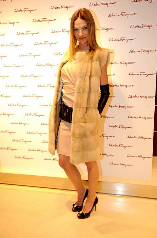 Na koktejl party v butiku Salvatore Ferragamo zůstala Pavlína věrná značce. Šaty, boty i kabelka byly značky Ferragamo. Norková vesta je pak z dílny Ivanny Mentlové a rukavičky jsou české značky Napa.
