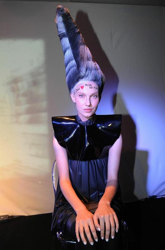 Čelo modelky zdobil pozdrav Petře Měchurové, která kvůli nemoci nemohla dorazit.