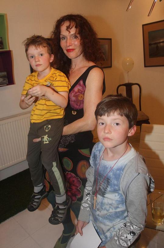 Sára Saudková a její synové. Jsou si velmi podobní.