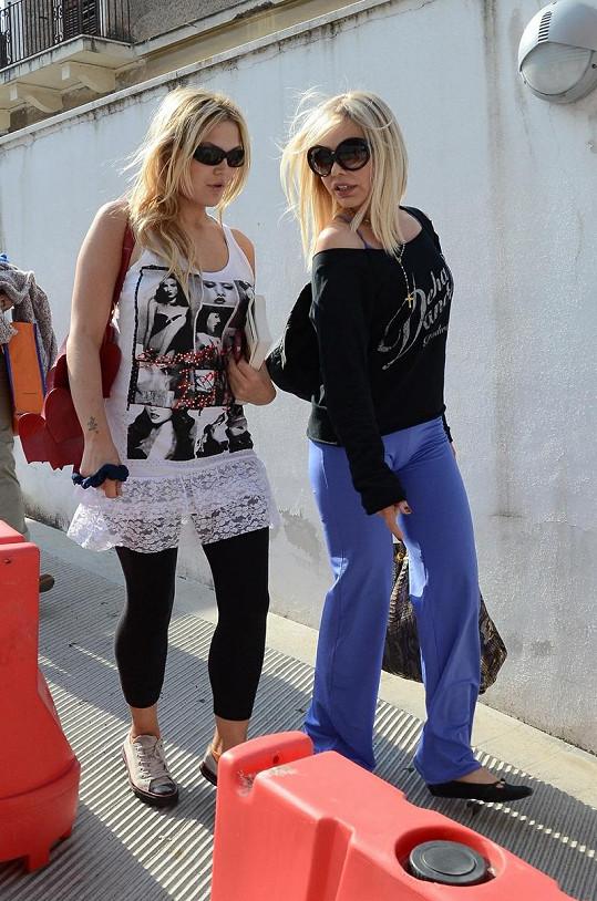 Ornella Muti a její dcera Carolina Rivelli si povídají při procházce Římem.