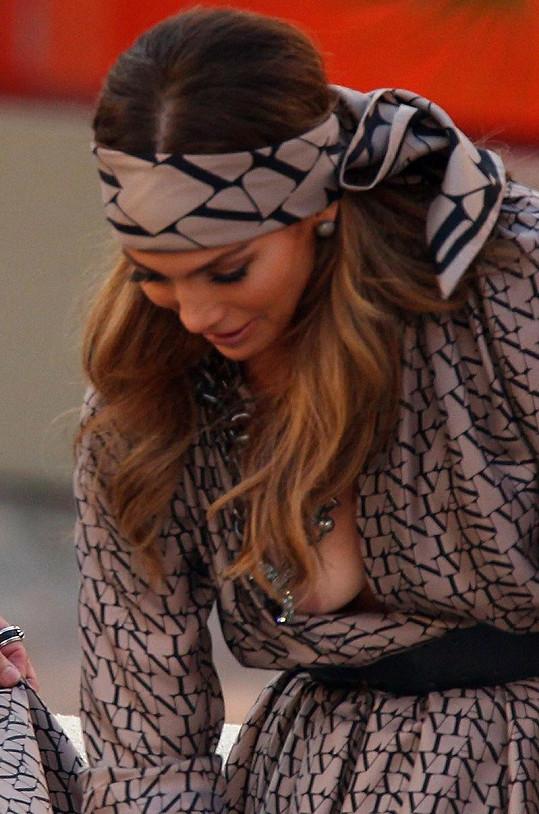 Jennifer Lopez v německé televizi ukázala, co skrývá pod šaty.