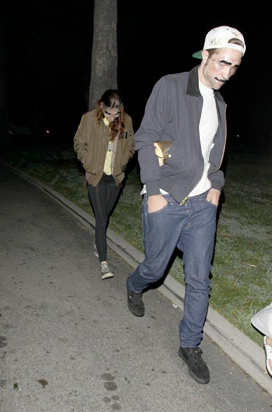 Robert a Kristen odcházejí z halloweenské párty.