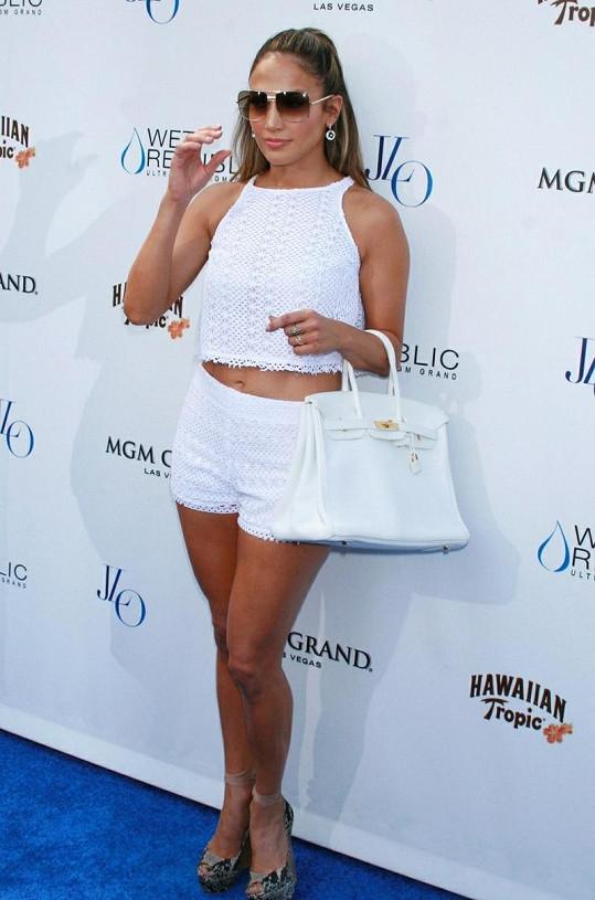 Jenn to v bílém outfitu velmi slušelo.