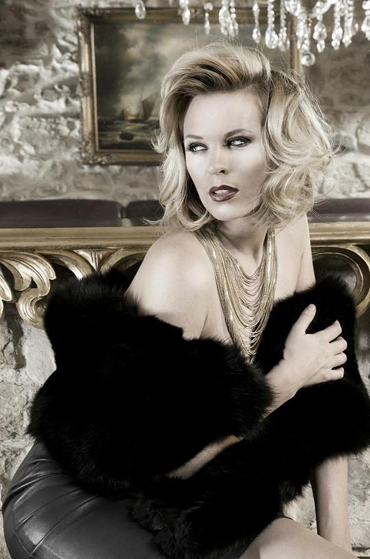 Diana zakrývá vršek jen luxusní kožešinou.