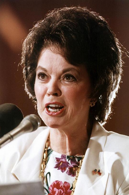 Shirley Temple jako americká velvyslankyně v České republice.
