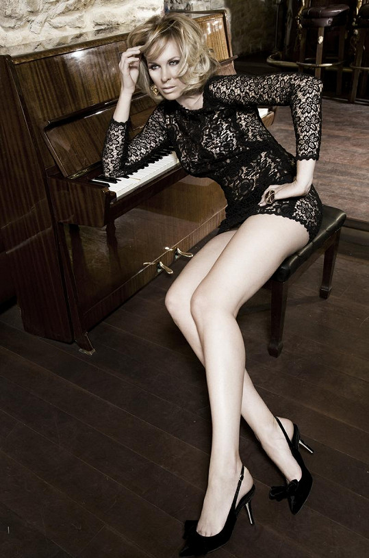 Diana pózuje v krajkovém body a luxusních botách.