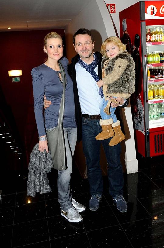 Vlasta Korec s těhotnou manželkou a dcerou Magdalenkou.