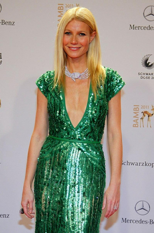 Krásná Gwyneth v zelených šatech s flitry a hlubokým výstřihem.