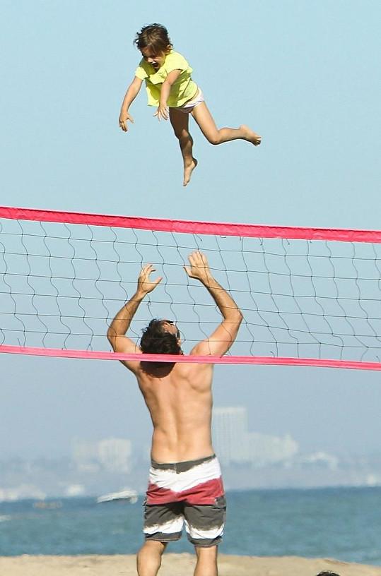 Modelčin snoubenec Jamie Mazur mezitím vyhazoval vysoko do vzduchu dceru Anju.