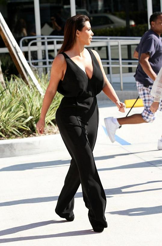 Kim Kardashian ví, jak zvýraznit své ženské tvary.