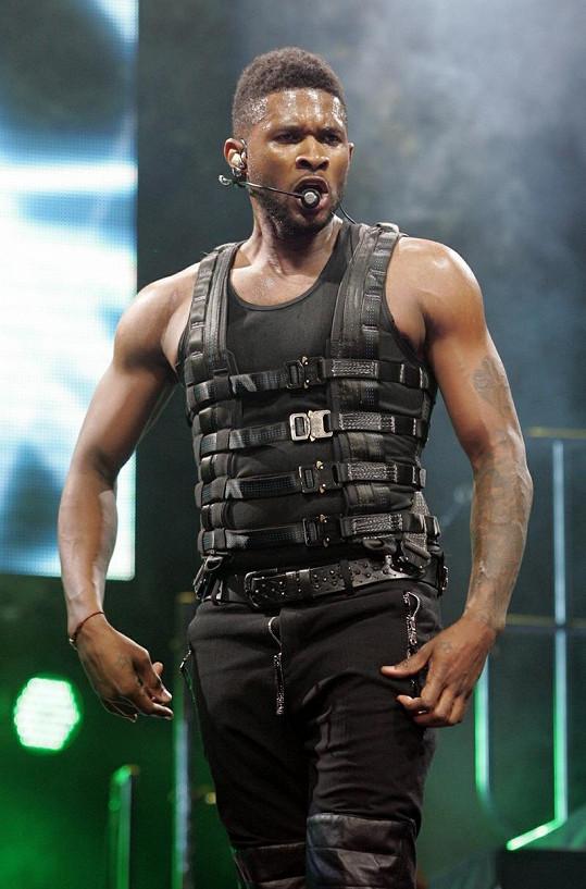 Usher v efektním kostýmu neuhlídal už jen jediné, zip u kalhot.