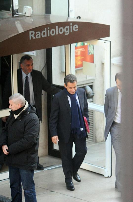 Nicolas Sarkozy odchází z porodnice.