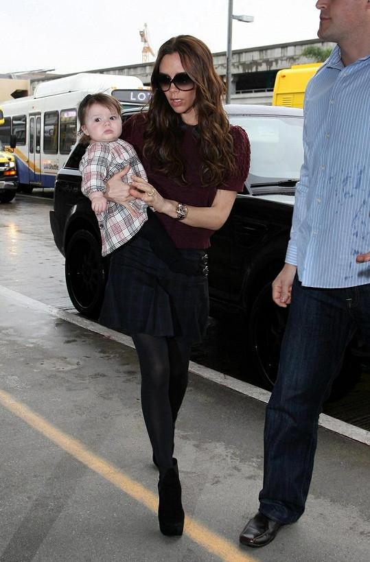 Harper s maminkou Victorií na letišti v Los Angeles.