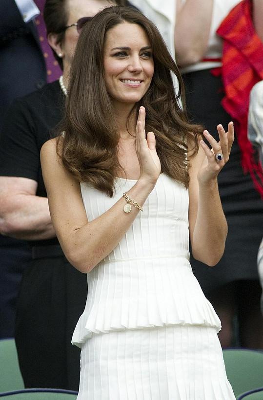 Princezna Kate ve skládaných bílých šatech z dílny Alice Temperley.