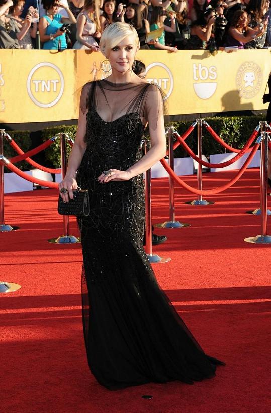 Zpěvačka Ashlee Simpson zazářila v šatech inspirovaných dvacátými léty minulého století od Jenny Packham jako hvězda zlaté éry Hollywoodu.