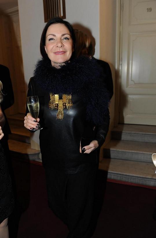 Anna K. přišla tradičně v černé barvě, kterou zkombinovala se zlatou.