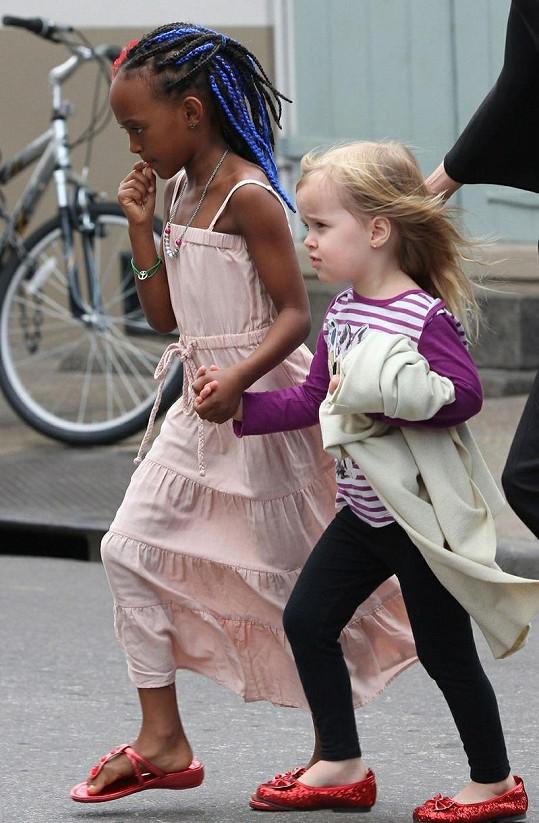 Zahara s modrými copánky a sestřička Vivienne.
