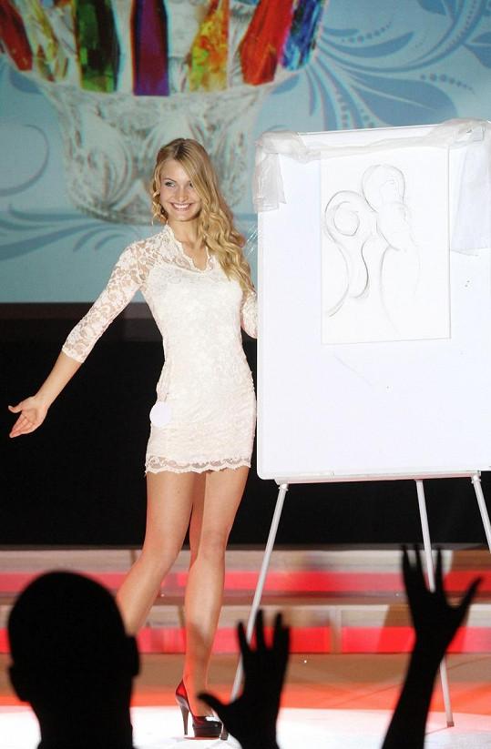 Miss Deaf World 2012 při znakování písně.