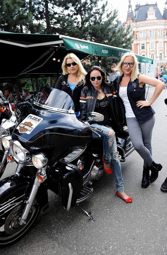 Jitka Nováčková, Veronika Nová a Martina Pártlová na motorkách.