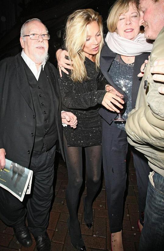Kate Moss přišla na večírek s vlastním vínem.