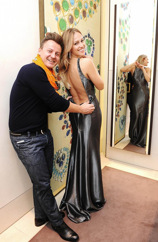 Vzhledem k časovému presu proběhla zkouška Lindnerových šatů přímo v butiku na Pařížské.