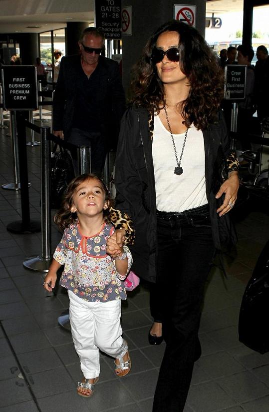 Salma s dcerou na letišti v Los Angeles.