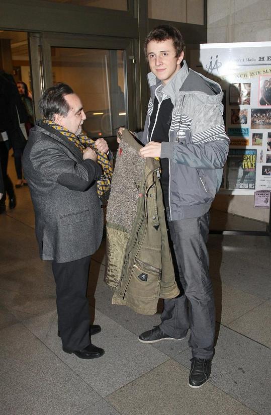 David a Goliáš: Jakub Štáfek (vpravo)pomáhá do kabátu režiséru Dušanu Kleinovi.