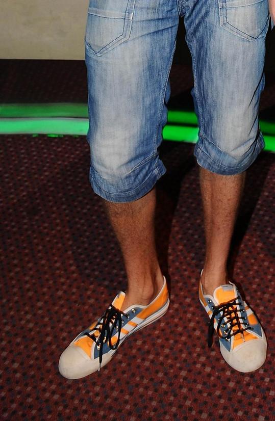 Vojta si pořídil i nové tenisky. V jeho velikosti se boty špatně shánějí.