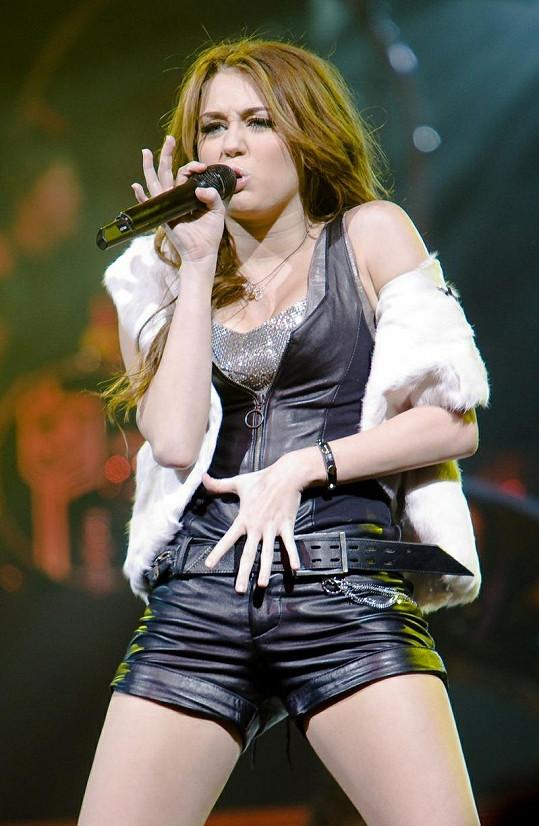 Dnes osmnáctiletá Miley Cyrus byla kritizována za své odvážné modely a mírně obscénní chování na svých koncertech.