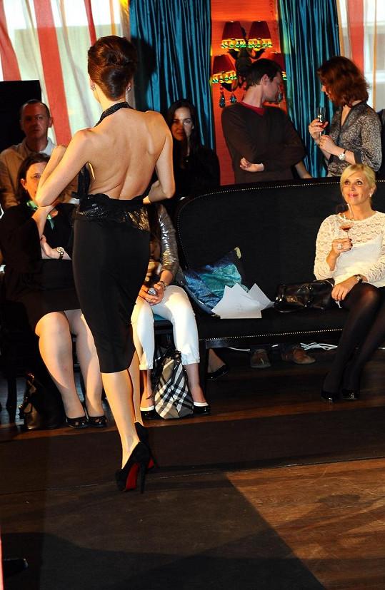 Andrea Verešová v sexy šatičkách na přehlídce.